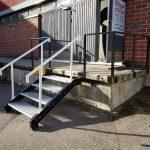 Suunnittelimme ja toteutimme ravintolan sisäänkäyntiin määräystenmukaiset portaat ja kaiteet.